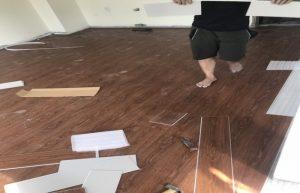 dịch vụ làm sàn nhựa hèm khóa, thi công sàn vân gỗ tự dán,